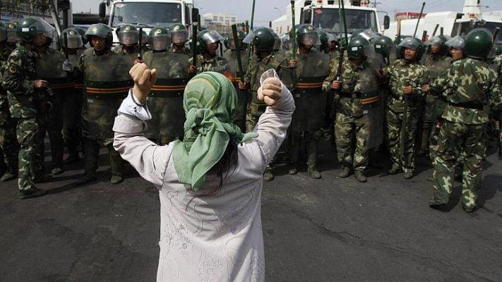 Çin paramiliter polisini protesto eden Uygur kadın. Urumçi (arşiv) – Foto: AP