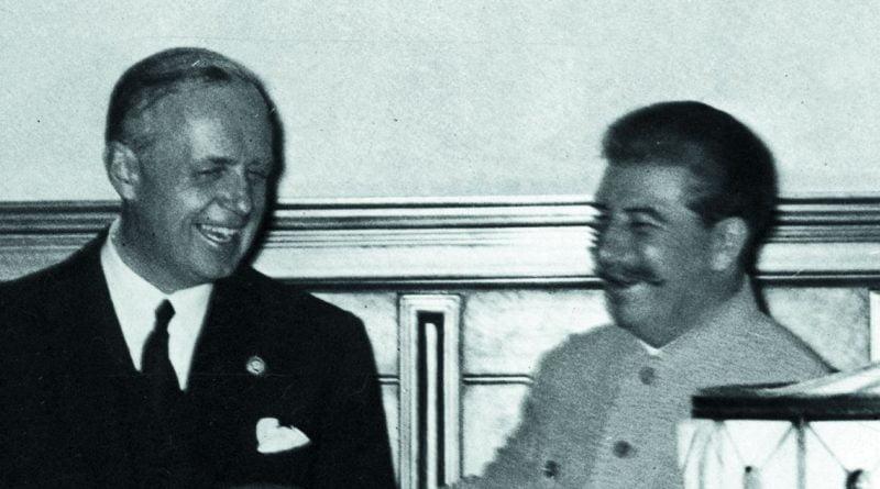 """-Foto 1: Stalin: """"Alman ulusunun Führer'i ne kadar sevdiğini biliyorum. Bu yüzden sağlığına içmek istiyorum."""""""